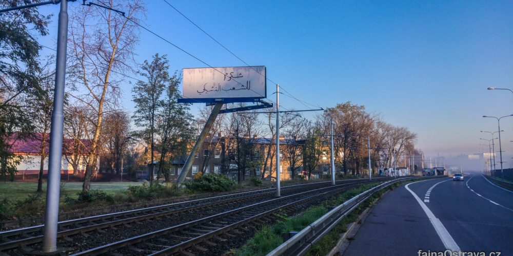 Arabský text se objevil na billboardech v Ostravě