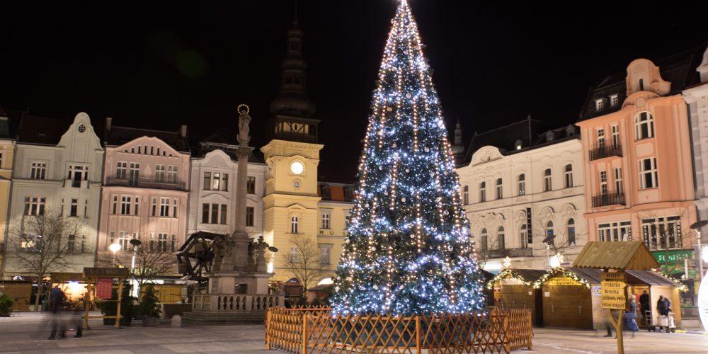 Vánoční strom na Masarykově náměstí bude slavnostně rozsvícen o první adventní neděli