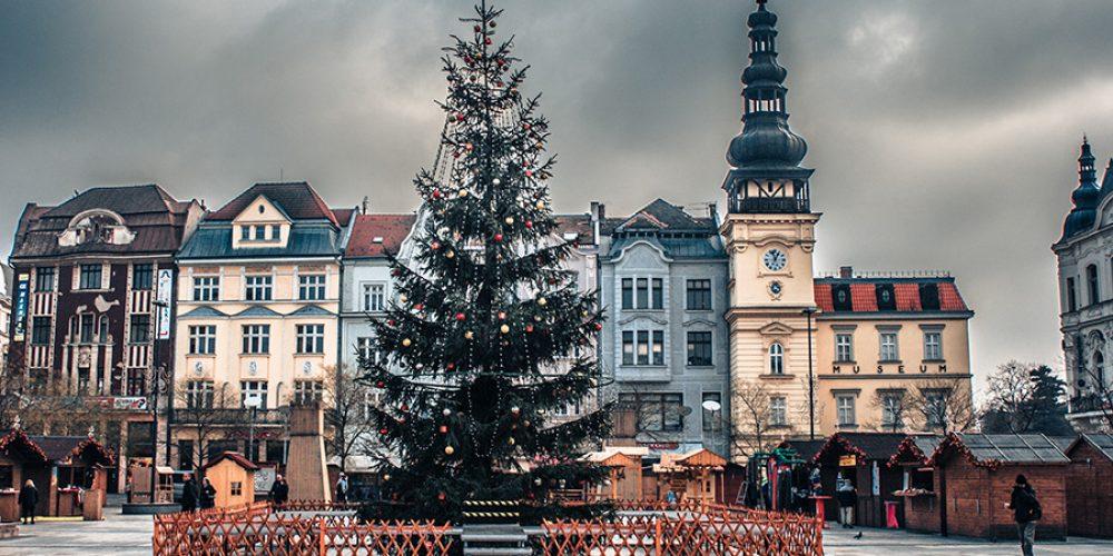 Vánoční strom na Masarykově náměstí se rozsvítí za doprovodu Ilony Csákové a dětského pěveckého sboru