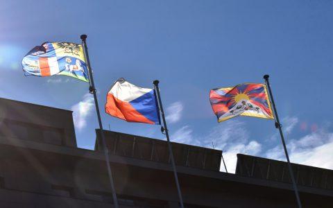 Tibetská vlajka již vlaje před Krajským úřadem